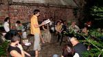 Георги Костадинов чете поезия от своя куфар...